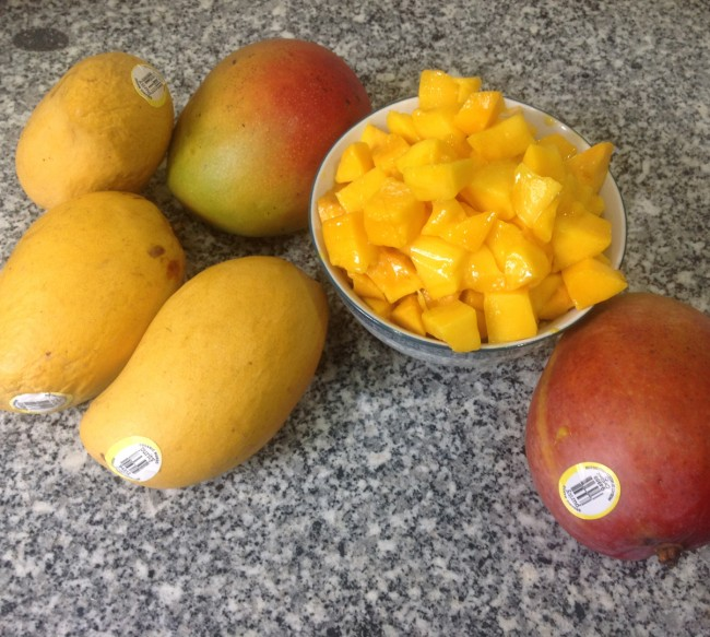 how to cut a ripe mango